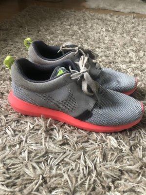 Graue Nike Roshe Run Sneaker mit neonpinker Sohle