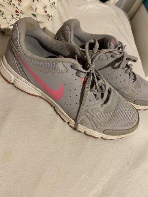 graue Nike's