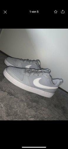 Graue Nike Schuhe