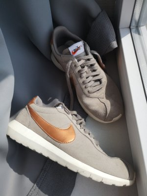 Graue Nike Sneaker (41/42) mit kupferfarbenem Embleme