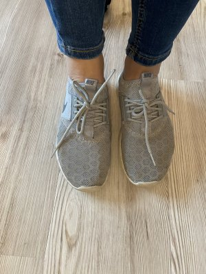 Graue Nikes Sport Schuhe