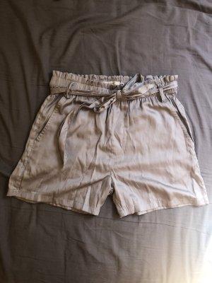 Graue Shorts zum Binden