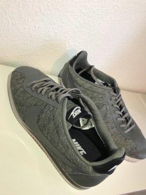 Graue Sneaker von Nike