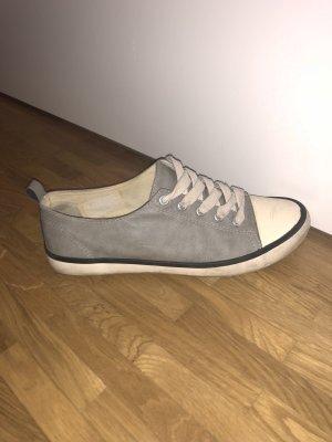 Graue Sneakers
