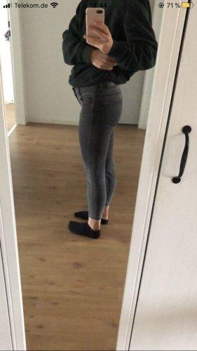 Graue Stretch-Jeans mit kurzem Bein
