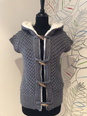 Graue Strickjacke mit Fell