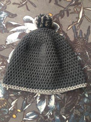 graue wintermütze aus wolle