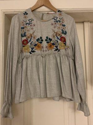 Graue Zara Bluse mit Rüschen und Blume
