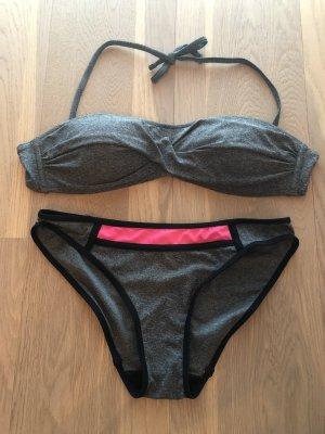Grauer Bikini mit abnehmbaren Trägern