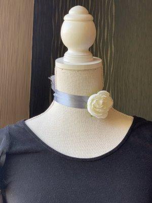 Grauer Choker Halsband mit weißer Rose