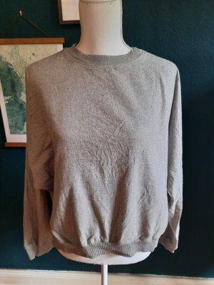 grauer Closed Pullover mit Fledermausärmeln