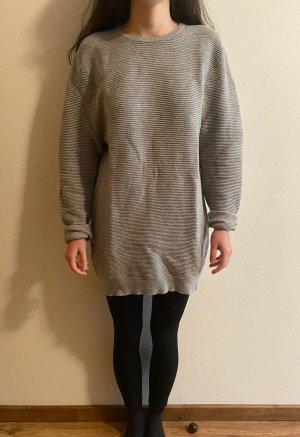grauer gerippter Pullover