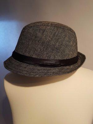 grauer Hut mit grünem Futter