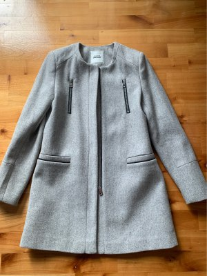 Grauer langer Mantel