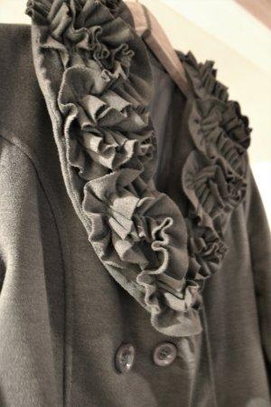 Grauer Mantel mit extravagantem Kragen
