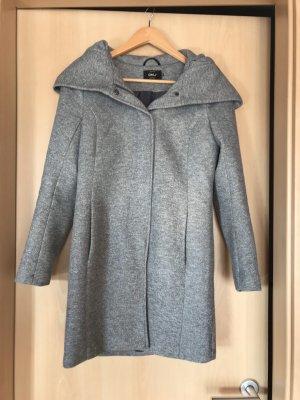 Grauer Mantel mit großer Kapuze