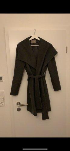 Grauer Mantel mit Gürtel