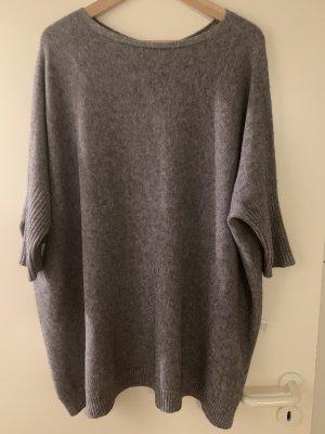 Grauer oversize Pullover feinstrick