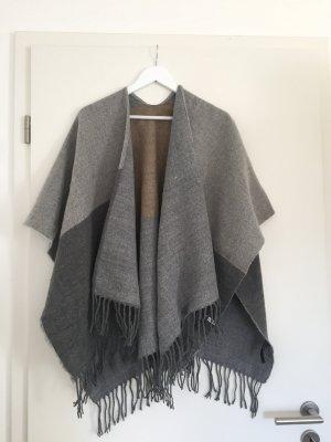 Poncho color plata tejido mezclado