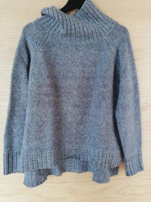 Grauer Pullover