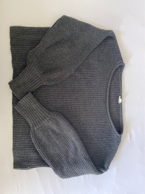 grauer Pullover gecropped