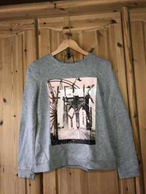Grauer Pullover mit Aufdruck