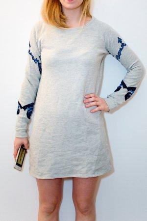 Grauer Pullover mit Blumendetail an den Ärmeln