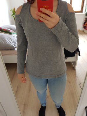 grauer Pullover mit Cut-Outs