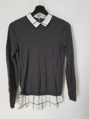 grauer Pullover mit eingenähter Karobluse