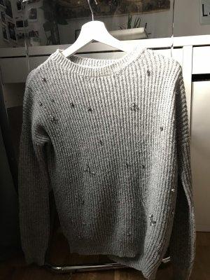 Grauer Pullover mit Glitzersteinen