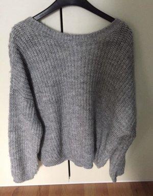 Grauer pullover mit großem rückenausschnitt