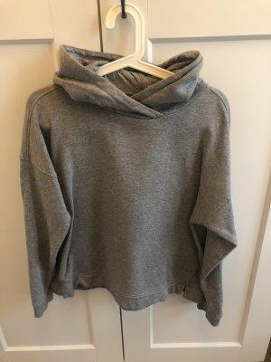 Grauer Pullover mit Kapuze
