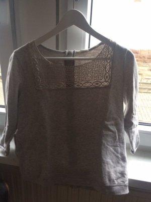 Grauer Pullover mit Loch-Muster Element