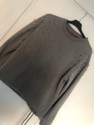 Grauer Pullover mit Perlen