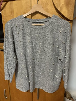 Grauer Pullover mit Perlenstickerei