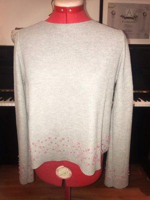 Grauer Pullover mit rosa Perlen