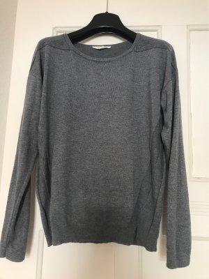 Grauer Pullover mit schönen Details