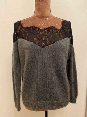 Grauer Pullover mit schwarzer Spitze