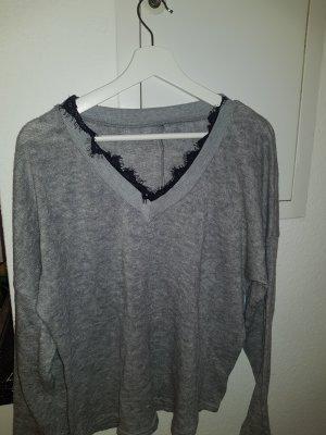grauer Pullover mit Spitze