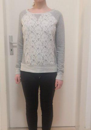 Grauer Pullover mit Spitze vorne