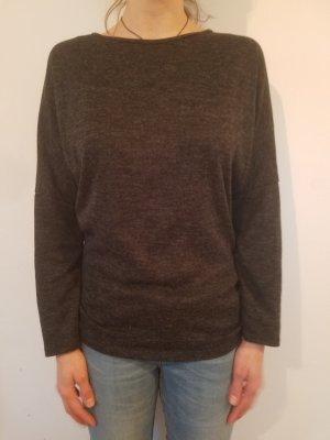 grauer Pullover mit Spitzeneinsatz