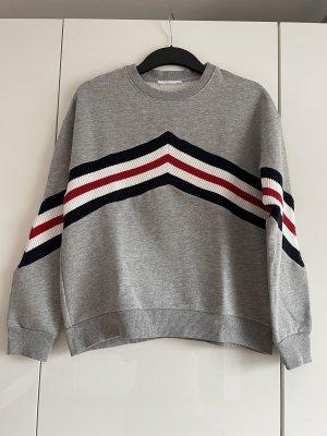 grauer Pullover mit Streifen