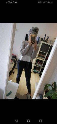 grauer Pullover mit weißem und schwarzen Balken