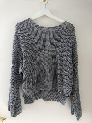 Grauer Pullover mit weiten Ärmeln