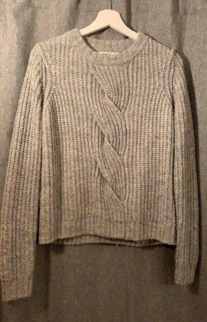 Grauer Pullover mit Zopfmuster