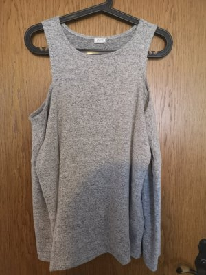 grauer Pullover schulterfrei