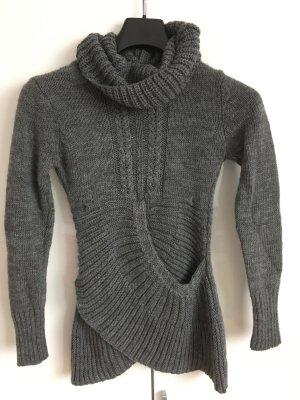 Jersey de cuello alto gris oscuro