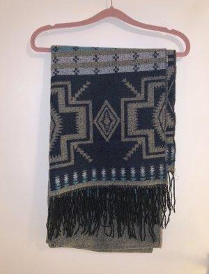 grauer Schal mit blauem Muster