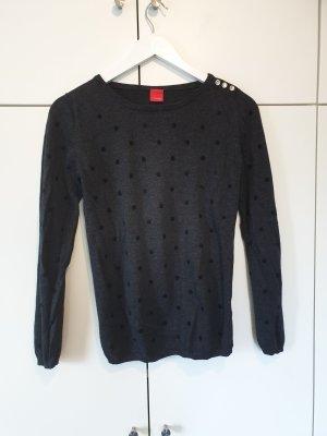grauer stricksweater mit punkten