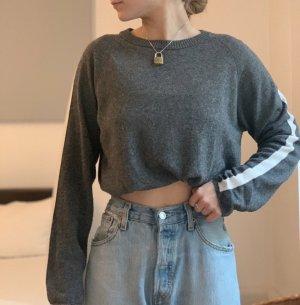 grauer subdued pullover mit weißem streifen